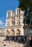 Die Kathedrale von Notre Dame de Paris an einem schönen Sommertag Lizenzfreies Stockfoto