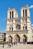 Die Kathedrale von Notre Dame de Paris an einem schönen Sommertag Stockfotos