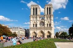 Die Kathedrale von Notre Dame de Paris an einem schönen Sommertag Stockfotografie