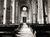 Die Kathedrale von Santa Maria Assunta und von Gotthard Asti mit mittelalterlichen Fahnen Palio Di Asti Lizenzfreie Stockfotos