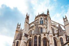 Die Kathedrale von St. Etienne von Bourges, schöner Garten, Frankreich stockbild