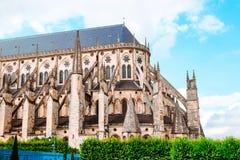 Die Kathedrale von St. Etienne von Bourges, schöner Garten, Frankreich stockfotos