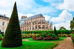 Die Kathedrale von St. Etienne von Bourges, schöner Garten, Frankreich stockbilder