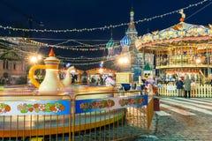 Die kaufenden Leute, reiten ein Karussell und das Gehen am Markt des neuen Jahres auf den Roten Platz Lizenzfreie Stockfotos