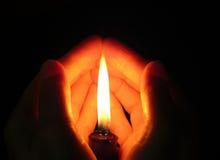 Die Kerze in den Händen Lizenzfreie Stockbilder