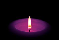 Die Kerze getrennt auf schwarzem Hintergrund Stockfoto