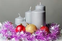 Die Kerze und das Lametta Stockfoto