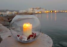 Die Kerze und der Chora-Hafen von Naxos am Hintergrund, Griechenland Stockfotos