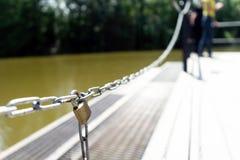 Die Kette ist verschlossen Der Ausgang vom Pier zum Wasser ist geschlossen Sicherheit für das Leben stockfotos