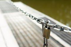 Die Kette ist verschlossen Der Ausgang vom Pier zum Wasser ist geschlossen Sicherheit für das Leben lizenzfreies stockbild