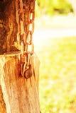 Die Ketten werden zum alten Holz befestigt lizenzfreie stockfotografie