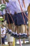 Die Kinder, die auf das Drahtseil gehen, tun die Tätigkeit stockfotos