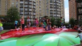 Die Kinder, die auf eine Trampoline in einem Kind-` s springen, parken, stock footage