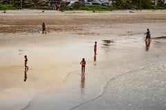 Die Kinder, die auf Saphli spielen, setzen, Chumphon in Thailand auf den Strand 25 MA stockbild
