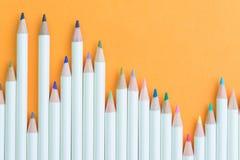 Die Kinder, die Ausrüstung, Pastellfarbbleistifte färben, vereinbaren auf viv Stockbilder