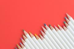 Die Kinder, die Ausrüstung, Pastellfarbe färben, zeichnen auf rotem Papier b an Lizenzfreie Stockfotos