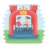 Die Kinder, die in aufblasbare Trampoline des bunten kleinen Luftprahlers springen, ziehen sich auf der Wiese zurück Lizenzfreie Stockbilder