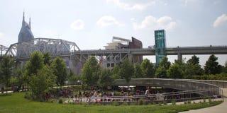Die Kinder, die in Cumberland spielen, parken in im Stadtzentrum gelegenem Nashville, TN stockbilder