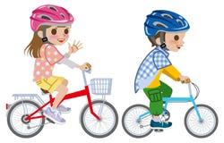 Die Kinder, die Fahrrad fahren, trugen den Sturzhelm, lokalisiert Lizenzfreies Stockbild