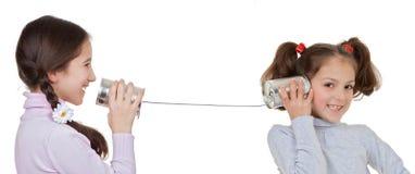 Die Kinder, die mit Blechdose und Schnur spielen, telefonieren Lizenzfreies Stockfoto
