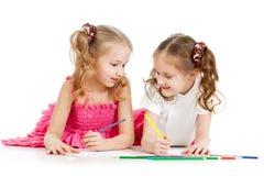 Die Kinder, die mit Farbe zeichnen, zeichnen zusammen an Lizenzfreie Stockbilder