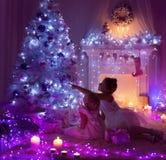 Die Kinder, die Weihnachten, Kind und Baby feiern, verzierten Weihnachtsbaum Stockfotos
