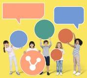 Die Kinder, die eine Rede halten, sprudelt lizenzfreie stockfotografie