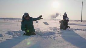 Die Kinder, die im Winter in der Frischluft spielen, Wurf weitet aus Aktiver Sport im Freien stock video