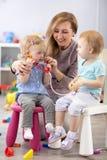 Die Kinder, die mit einem Lehrer lernen, sind ein Doktor und ein Patient lizenzfreies stockfoto