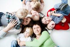Die Kinder mit Müttern lizenzfreie stockbilder