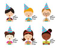Die Kinder, die Parteihüte tragen und der Schlag backen im Geburtstagsfeiervektorbühnenbild zusammen lizenzfreie abbildung