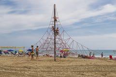 Die Kinder spielen auf dem sandigen Strand in Spanien Stockfoto