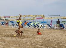 Die Kinder spielen auf dem sandigen Strand in Spanien Lizenzfreie Stockfotografie
