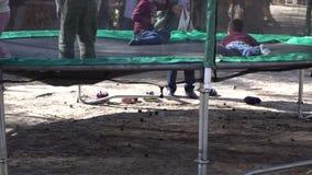 Die Kinder springend auf eine Trampoline stock video footage