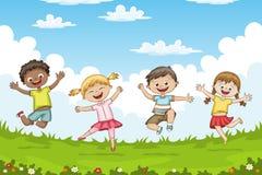 Die Kinder springend auf eine Wiese stockfoto
