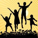 Die Kinder springend in die Sonne Lizenzfreies Stockbild