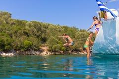 Die Kinder springend vom Segelboot Lizenzfreie Stockfotografie