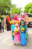 Die Kinder stehen in der Reihe vor Anfang für Staffelung des Quran. Stockfotografie