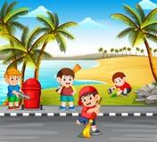 Die Kinder, welche die Straße nahe dem Strand von den Gefahrensachen säubern, um ihn sauber zu machen lizenzfreie abbildung