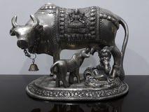Die Kinderinkarnation von Lord Krishna mit Liebe für die Kuh und die Kuh in der schönen silbernen Kolonie stockfotografie