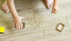 Die Kinderspiele mit Match, Match passt in Kästen, Feuer, Gefahr, Zündung zusammen stockfotos