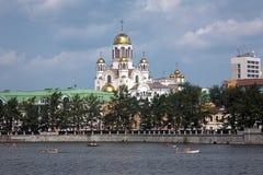 Die Kirche auf Blut und Stadtteich von Yekaterinburg Stockbilder