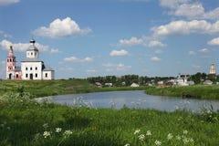 Die Kirche auf der Flussbank Stockbild