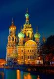 Die Kirche des Retters auf Spilled Blut ist eine der Hauptanziehungskräfte von St Petersburg, Russland Die Ansicht am Nachtabschl Lizenzfreie Stockfotos