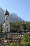 Die Kirche in Grainau mit Zugspitze 02 Lizenzfreie Stockfotografie