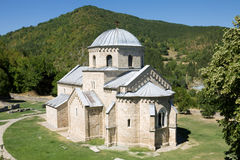 Die Kirche im orthodoxen Kloster Gradac in Serbien Stockbild