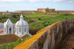 Die Kirche und das Dorf von Castro Marim sahen vom Schloss und mit Sao Sebastiao-Fort im Hintergrund, Castro Marim, Alg an lizenzfreie stockfotografie