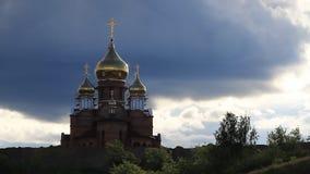 Die Kirche und der Himmel mit Wolken stock footage