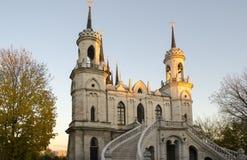 Die Kirche Vladimir Icons der Mutter des Gottes ein berühmtes Monument des Russen des 18. Jahrhunderts pseudo-gotisch im Dorf O stockfotografie