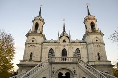 Die Kirche Vladimir Icons der Mutter des Gottes ein berühmtes Monument des Russen des 18. Jahrhunderts pseudo-gotisch im Dorf O stockbilder